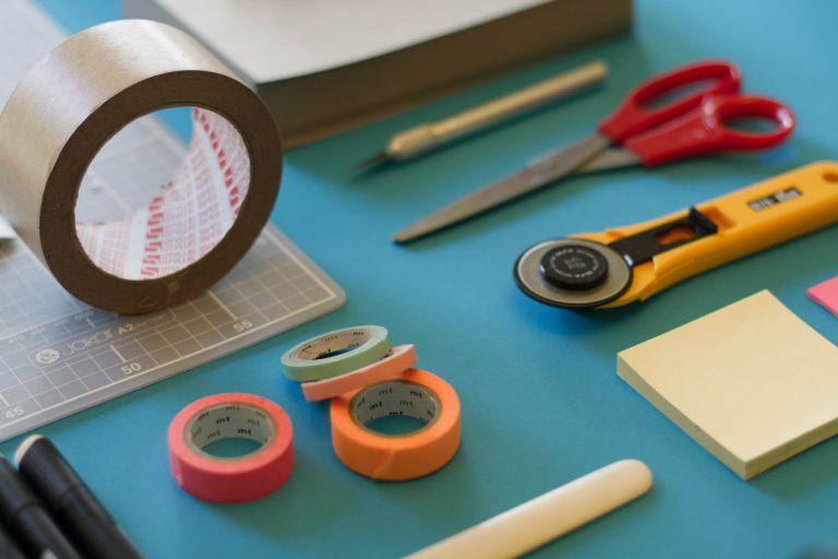 itens para se fazer um projeto, como tesoura, lápis, fita, etc